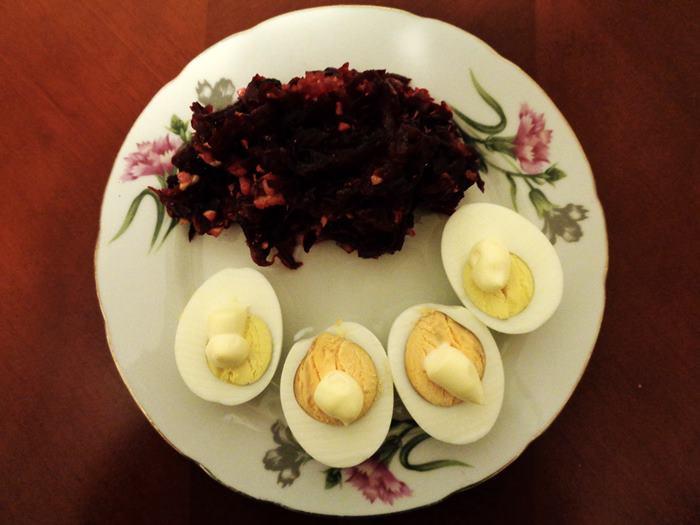 больничный салат и варёные яйца с майонезом