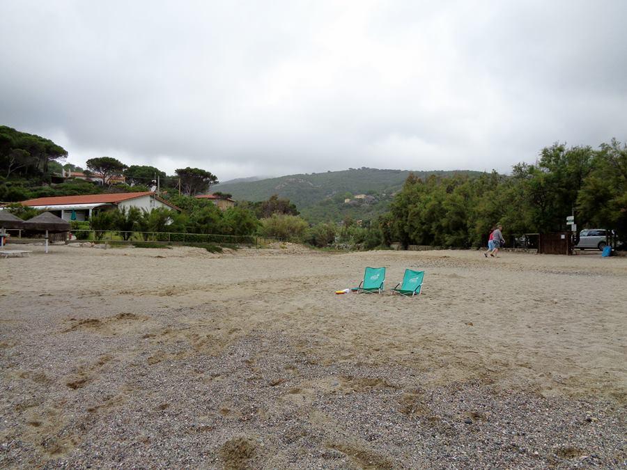 июнь на острове Эльба: кресла на пляже Лакона