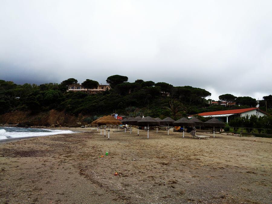 июнь на острове Эльба: установили зонтики