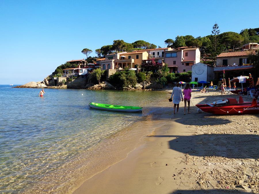 июль в Италии - тени а пляже