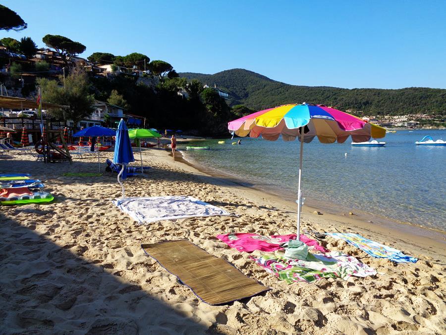 июль в италии - зонт на пляже