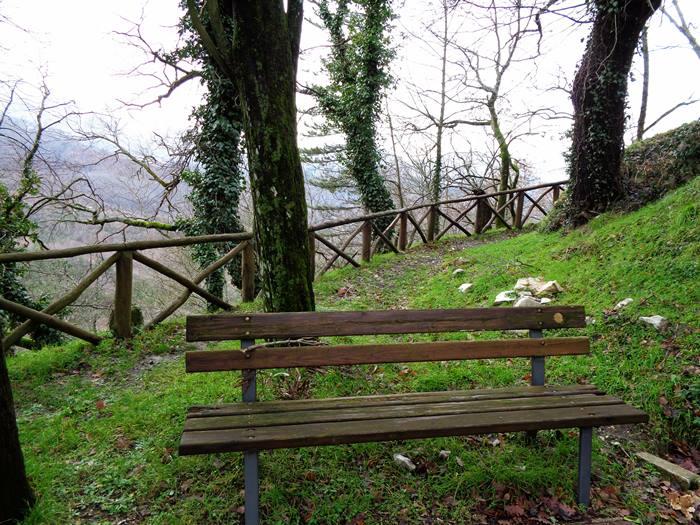 капрезе микеланджело - скамейка в парке