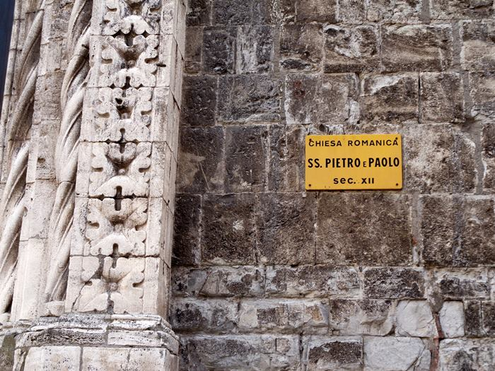 Роккальбенья - табличка на стене церкви