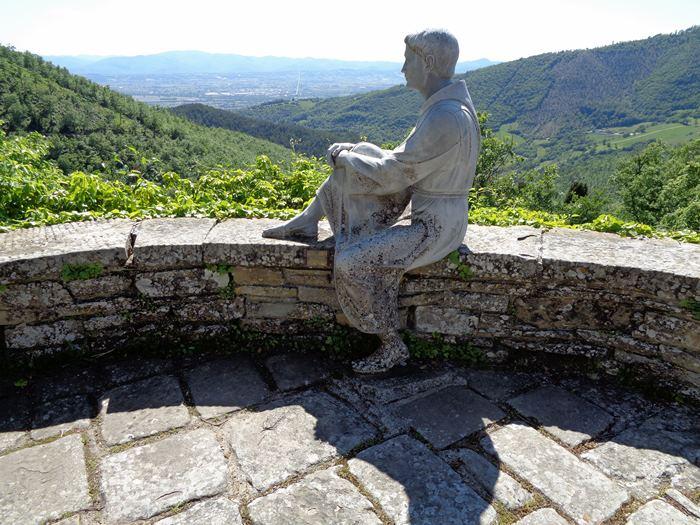 статуя монаха и вид на окрестности
