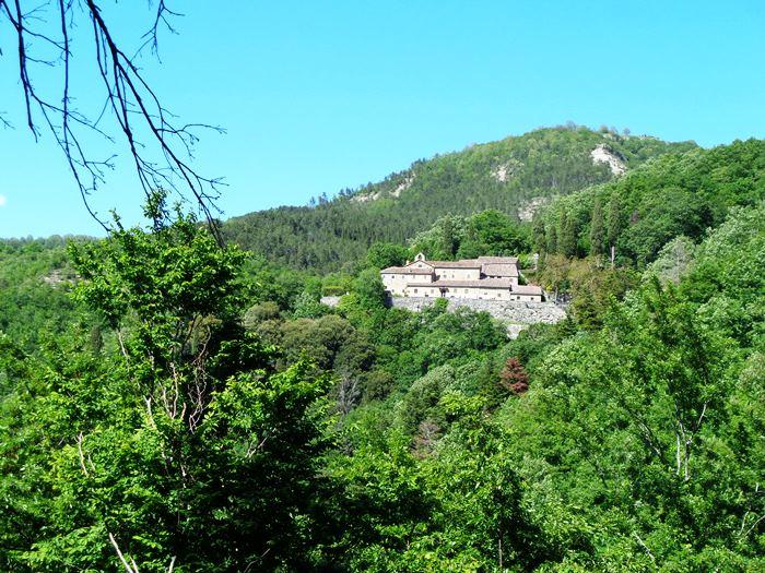 вид на монастырь Монтеказале с дороги