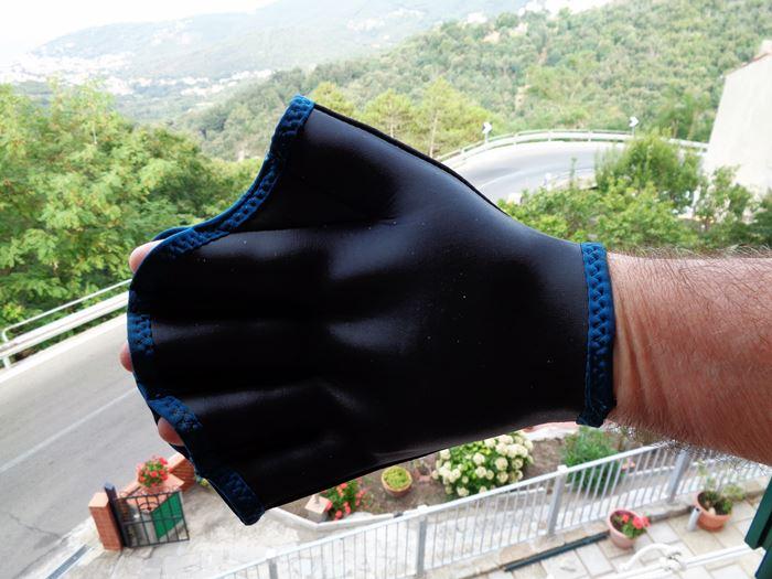 перчатка для плавания на руке