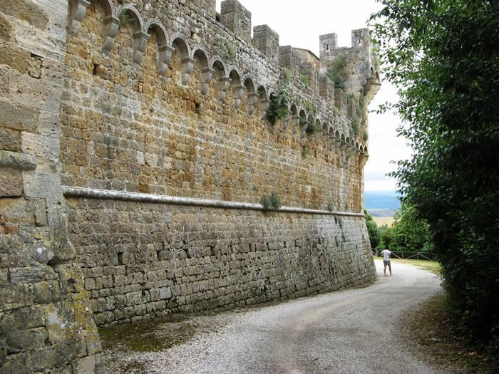 средневековый замок - внешняя стена