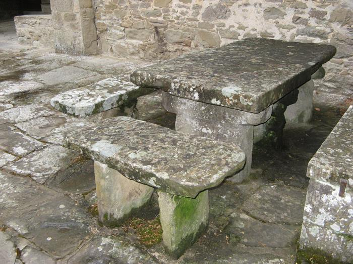 монастыри в Италии - стол и лавки