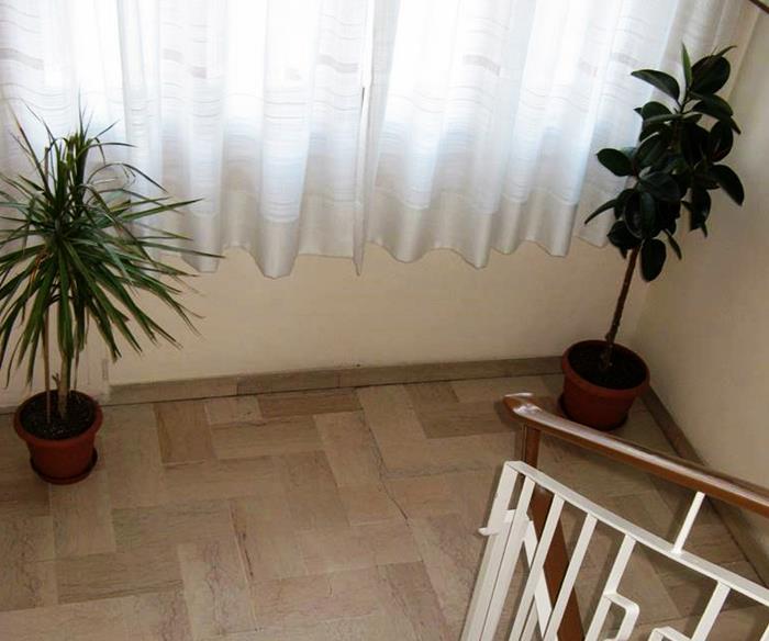 итальянский подъезд - цветы между этажами