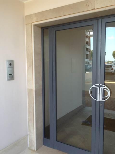 Дверь в подъезд. Видите домофон?