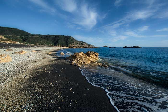 чёрный песок у воды на Канелло
