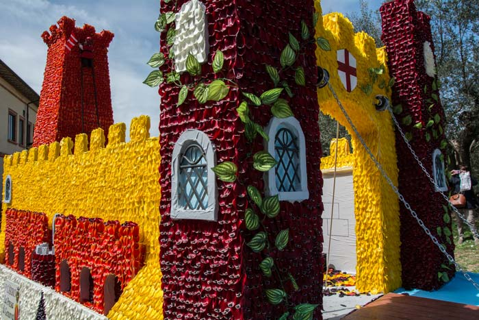 замок, украшенный лепестками тюльпанов на фестивале тюльпана в Кастильон дель Лаго