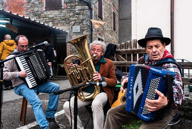 Карда - музыканты на народном празднике