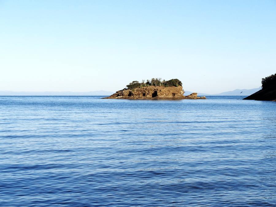 пляж Истия - вид с берега на островок
