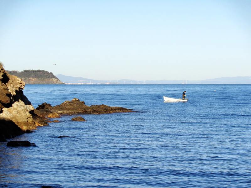 рыбак возле пляжа Истия