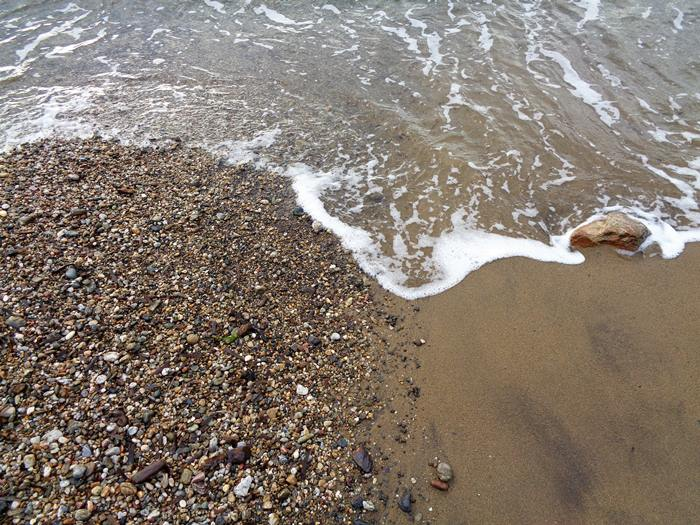 песок и камешки на пляже Иннамората