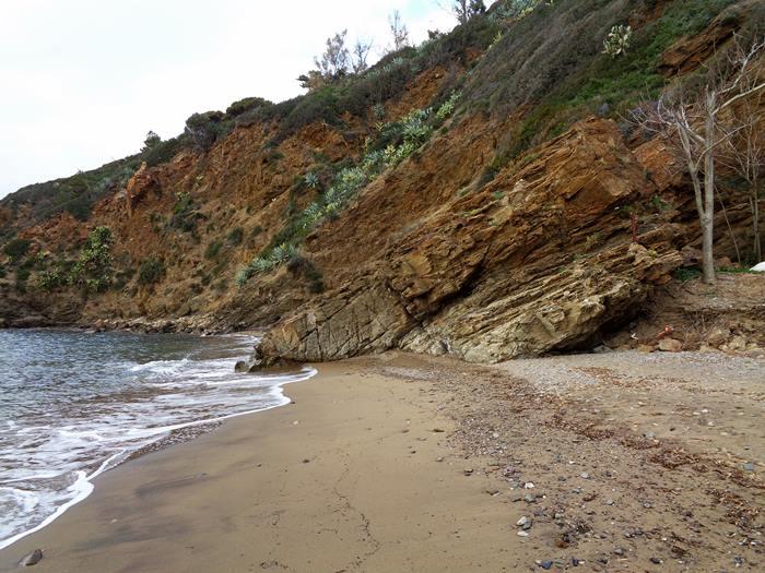 скала разделяет пляж Иннамората