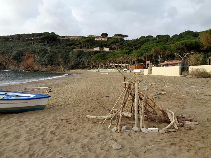 пляж Морконе - скульптура из веток