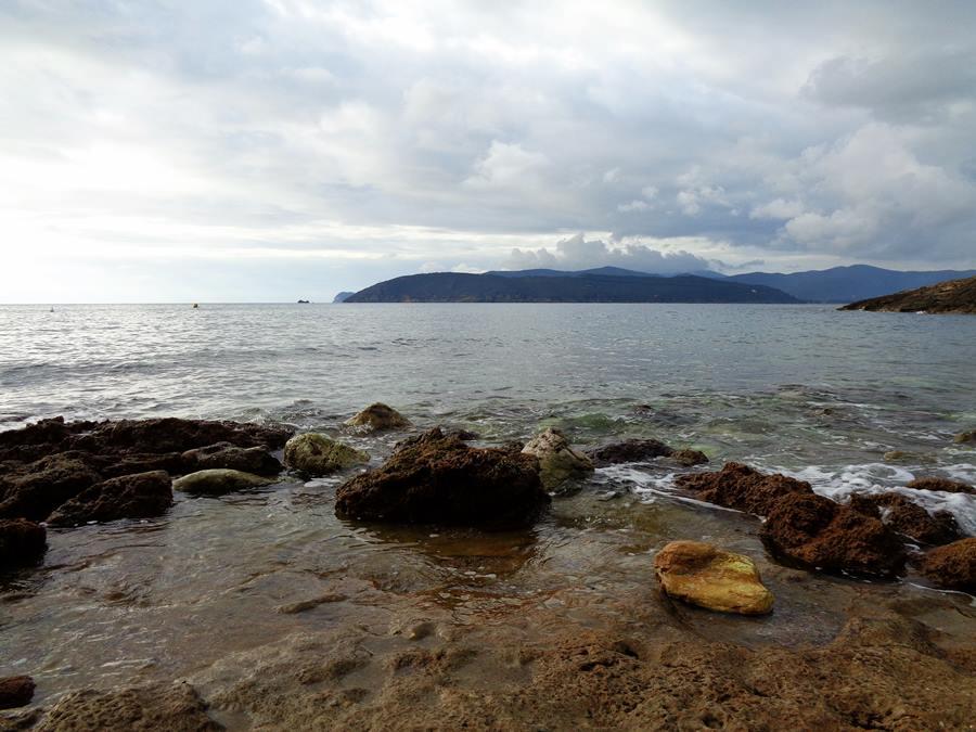 пляж Мадонна делле Грацие - камни