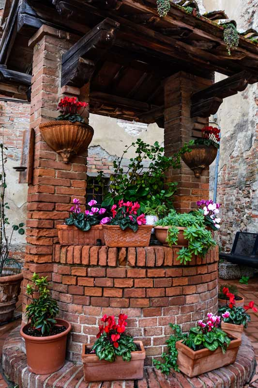 колодец, украшенный цвеами