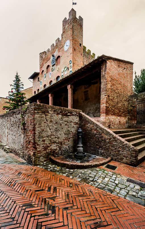 Вид на Палаццо Преторио снизу
