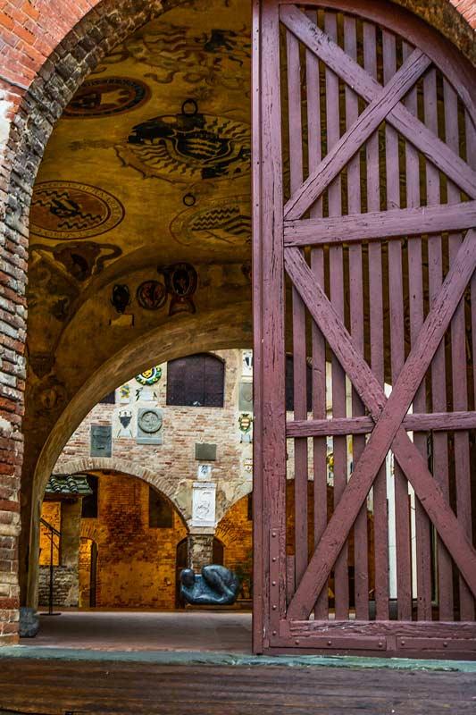 Современное и старое искусство в Чертальдо