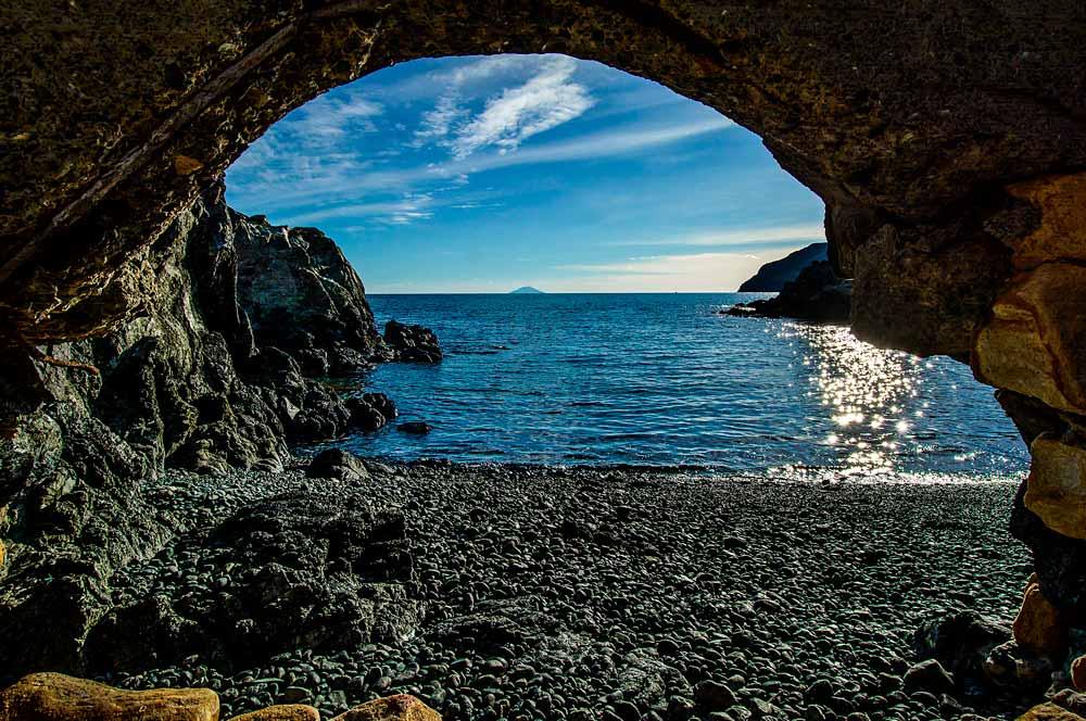вид на остров Монте Кристо с пляжа на Эльбе Контесса