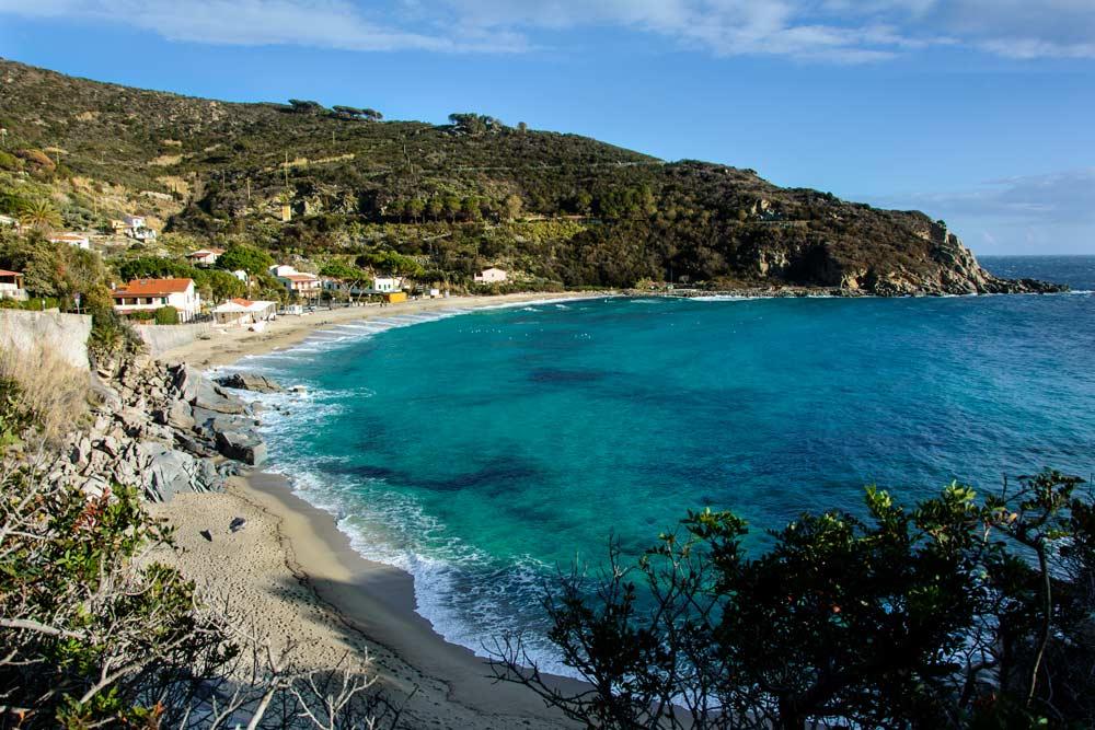 Вид на пляж Каволи, популярный на Эльбе