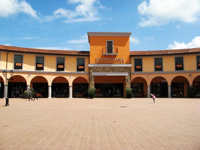 аутлет в Фояно делла Кьяна: площадь в центре