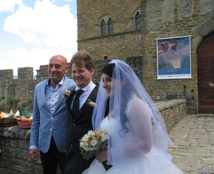 Свадьба в Италии - молодожёны с родственником
