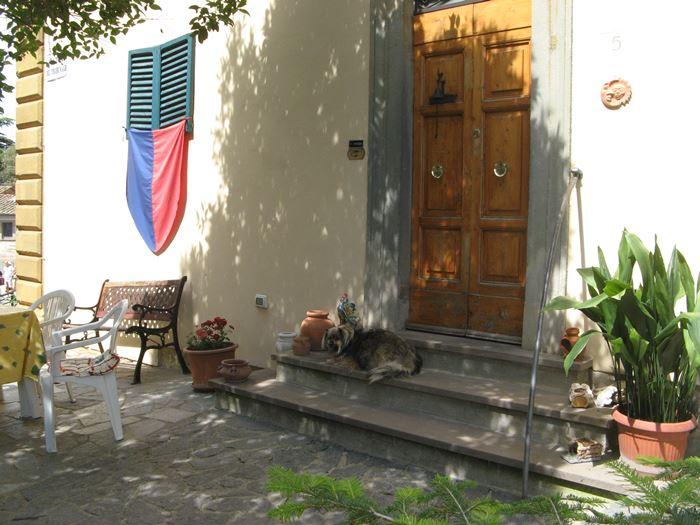 район с красно-синим флагом в Лучиньяно