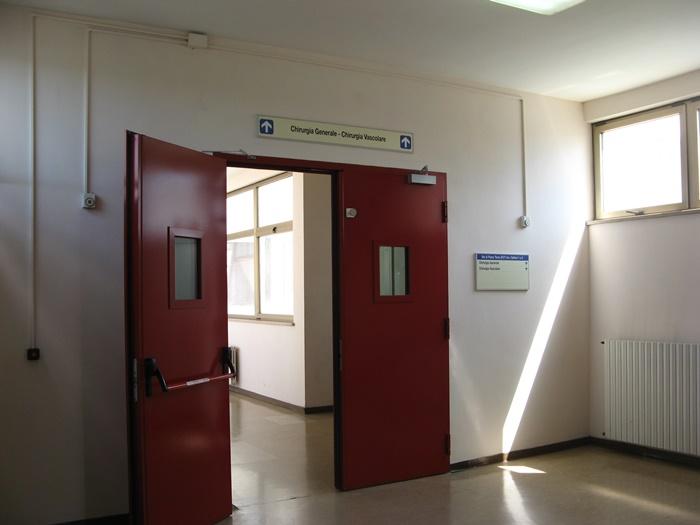 вход в хирургическое отделение больницы в Ареццо