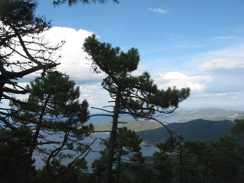 вид на остров Эльба с горы Пероне