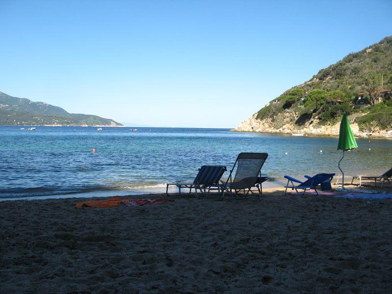 утро на пляже Форно, остров Эльба, Тоскана, Италия