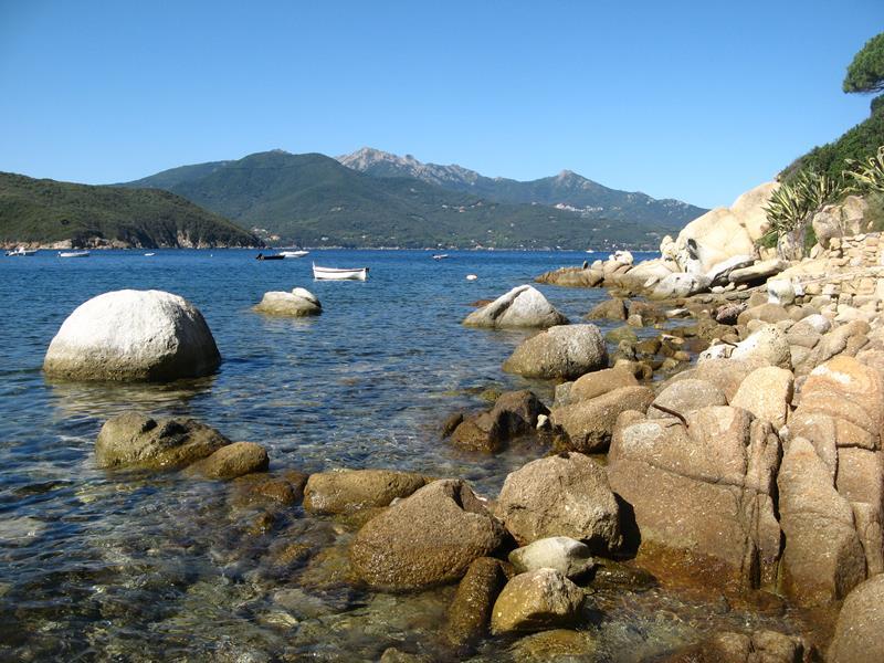 скалы на пляже Форно, остров Эльба, Тоскана, Италия