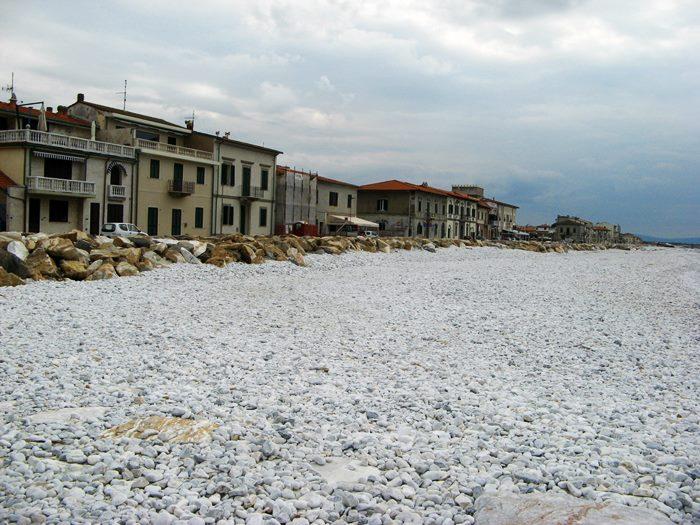 пляж в Марина ди Пиза в октябре