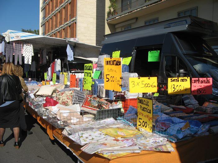 яркие таблички с ценами на вещевом рынке