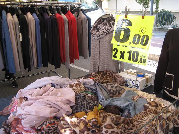 вещевой рынок -шарфики, джемперы