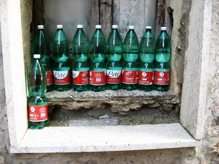 Петройо - бутылки с водой.