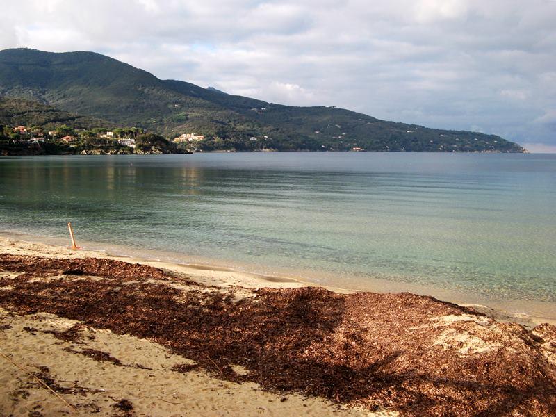 уголок зимнего пляжа на острове Эльба в Италии