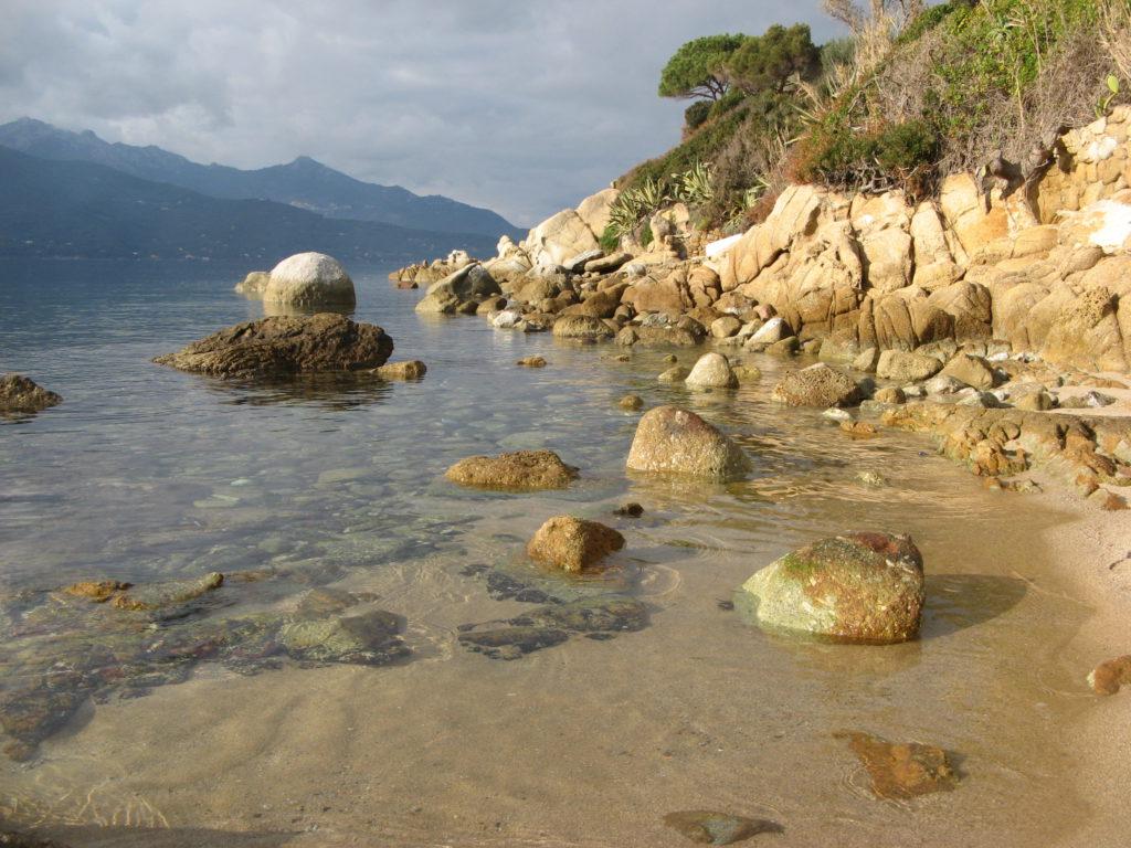камни и скалы на пляже
