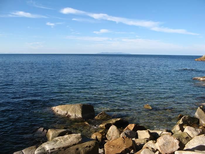 Рипа Барата: вид на остров Капрая с пляжа