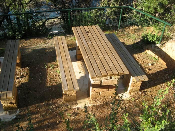 стол и скамейки возле пляжа Оттоне