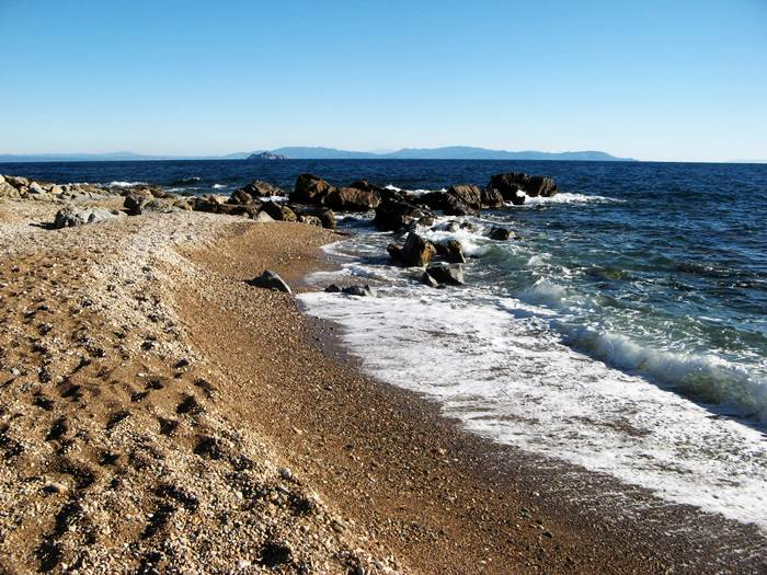 пляж Кала Серегола - камни слева
