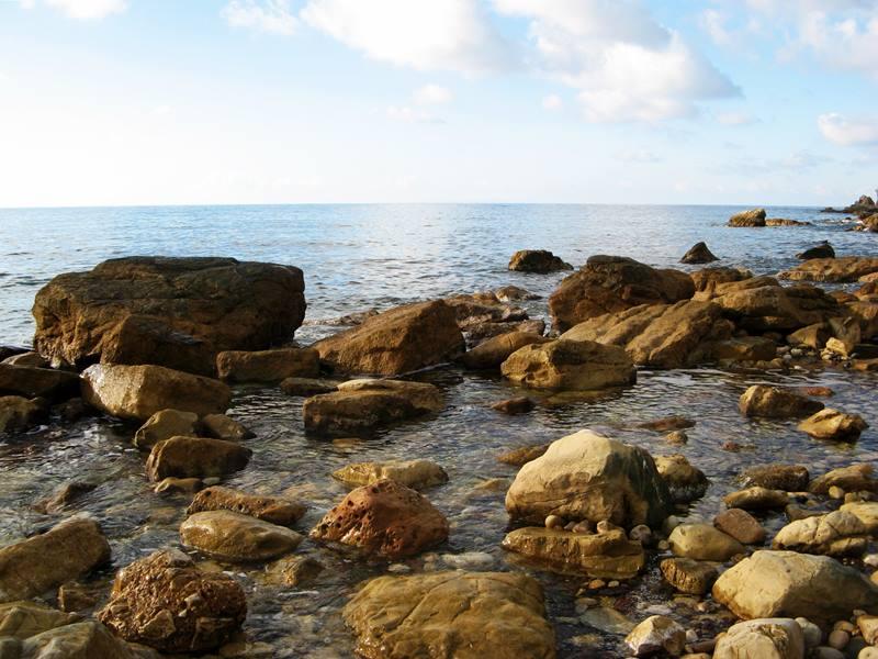 пляж Ниспортино - камни справа