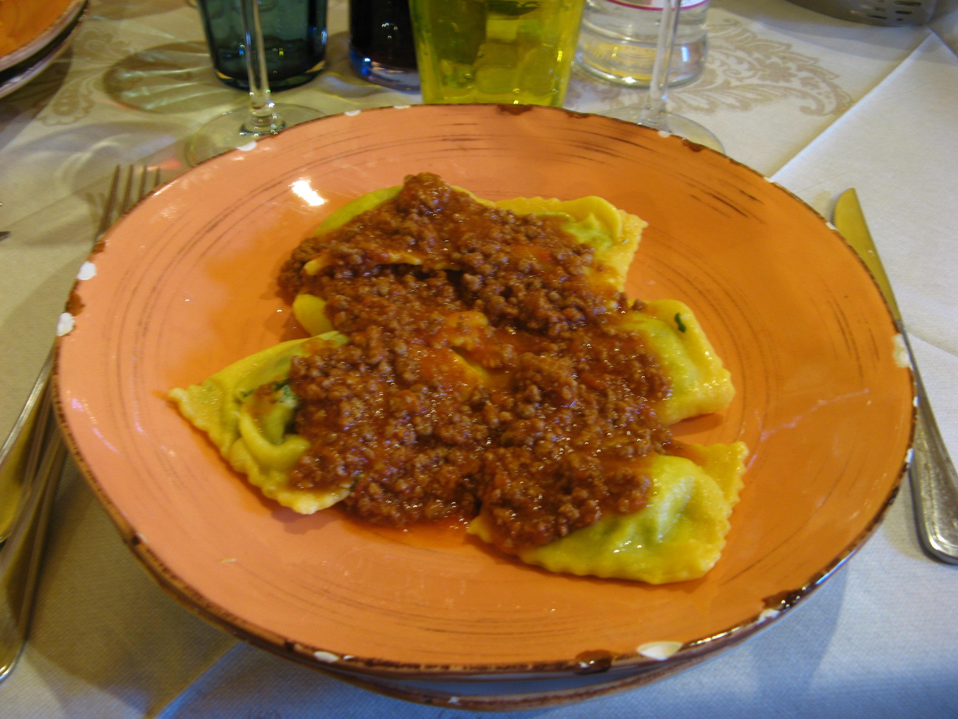 равиоли со шпинатом и рикотой аль рагу