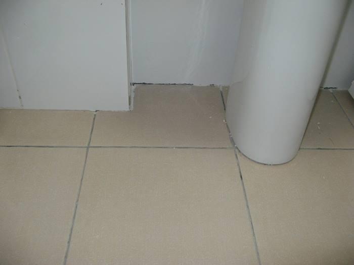 стыки в ванной не закрыты