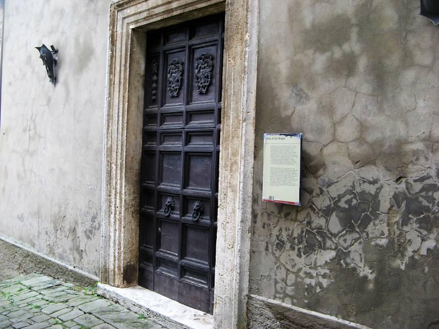 массивная дверь церкви