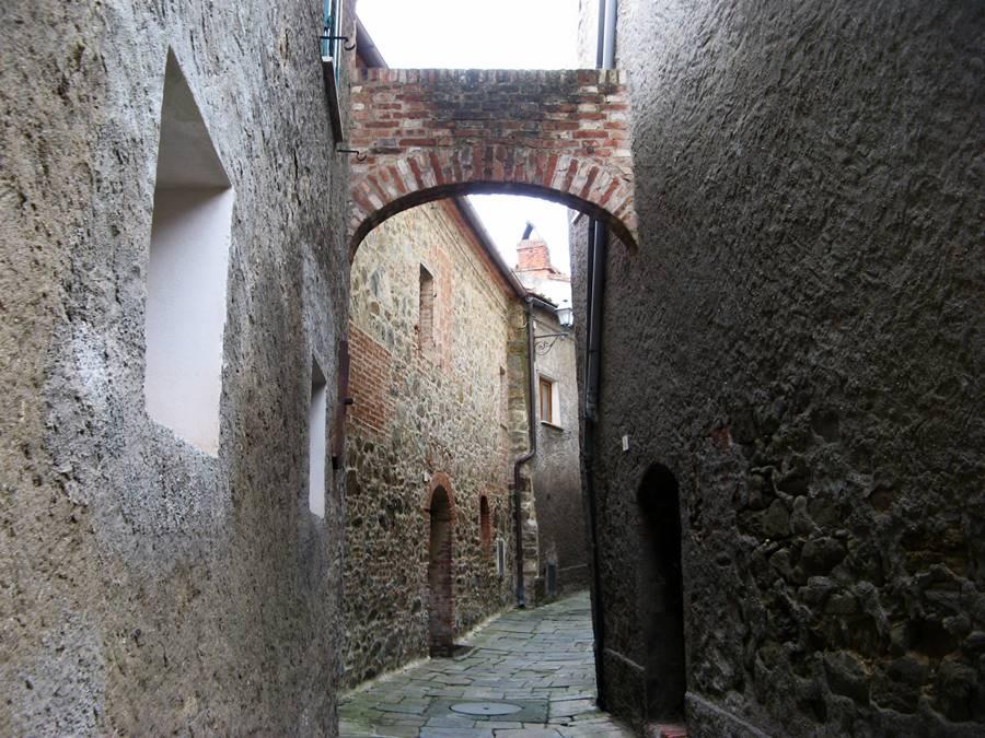 узкий переулок в Скрофиано