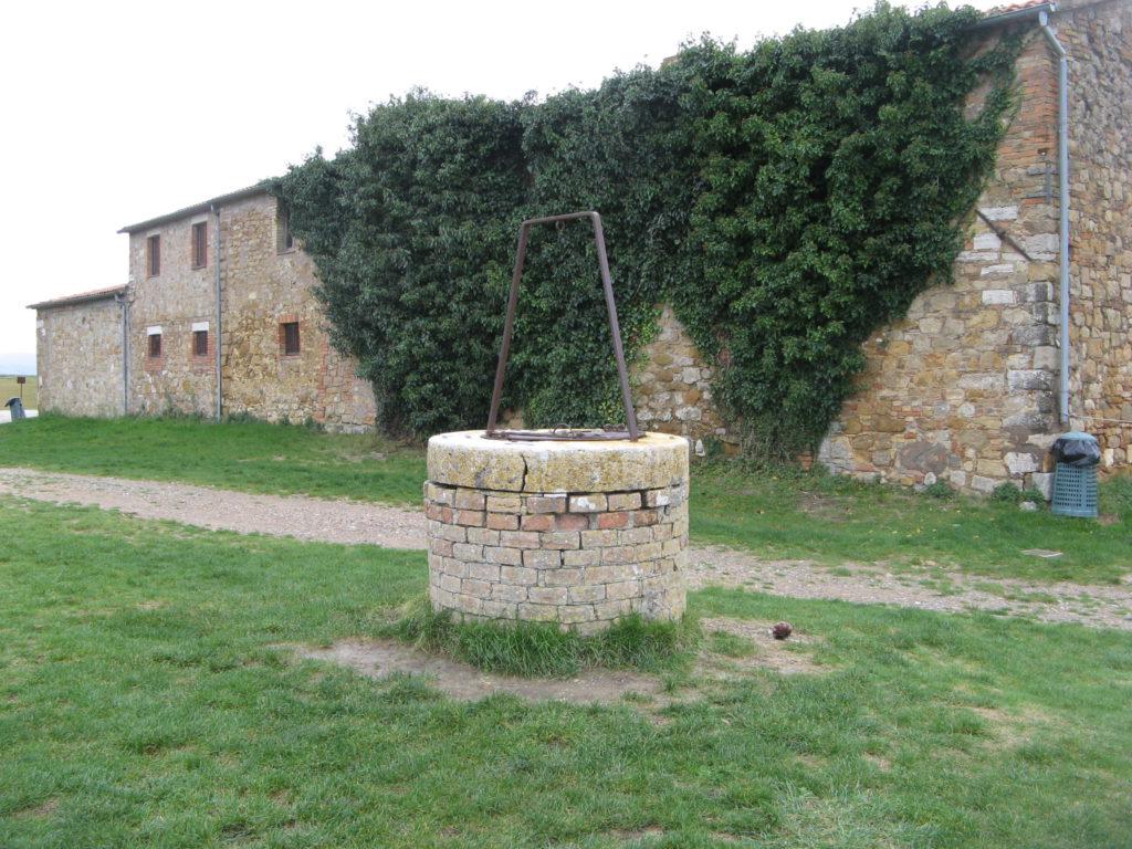 колодец рядом с часовней в Виталета